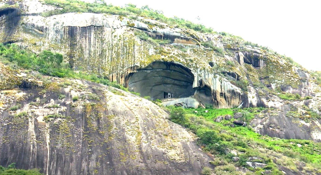 Pedra do Reino Encantado, em Lagoa dos Gatos, atrai visitantes