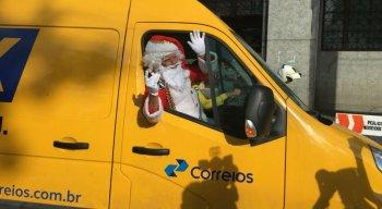O Papai Noel chegou a sede dos Correios, no Centro do Recife, nesta segunda-feira (04)