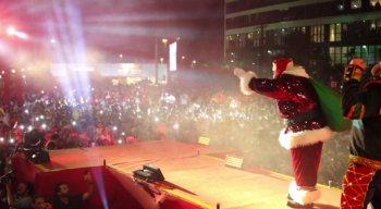 Entrada de Papai Noel em palco montado na área externa do Shopping Recife