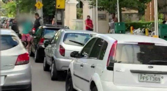 Homem é detido pela população enquanto fugia da polícia em moto
