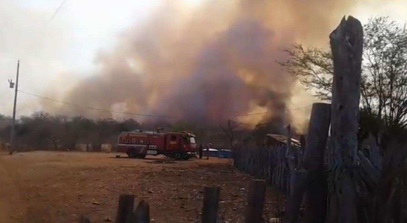 Corpo de Bombeiros foi acionado e atua no combate às chamas