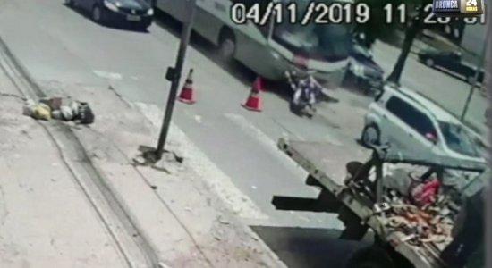 Vídeo: motoqueiro é imprensado entre carro e ônibus na Avenida Recife