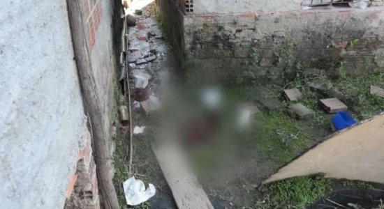 Homem é morto no quintal de casa com vários tiros, em Jaboatão