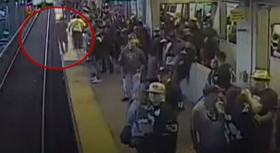Vídeo: homem é salvo segundos antes de ser atropelado por trem