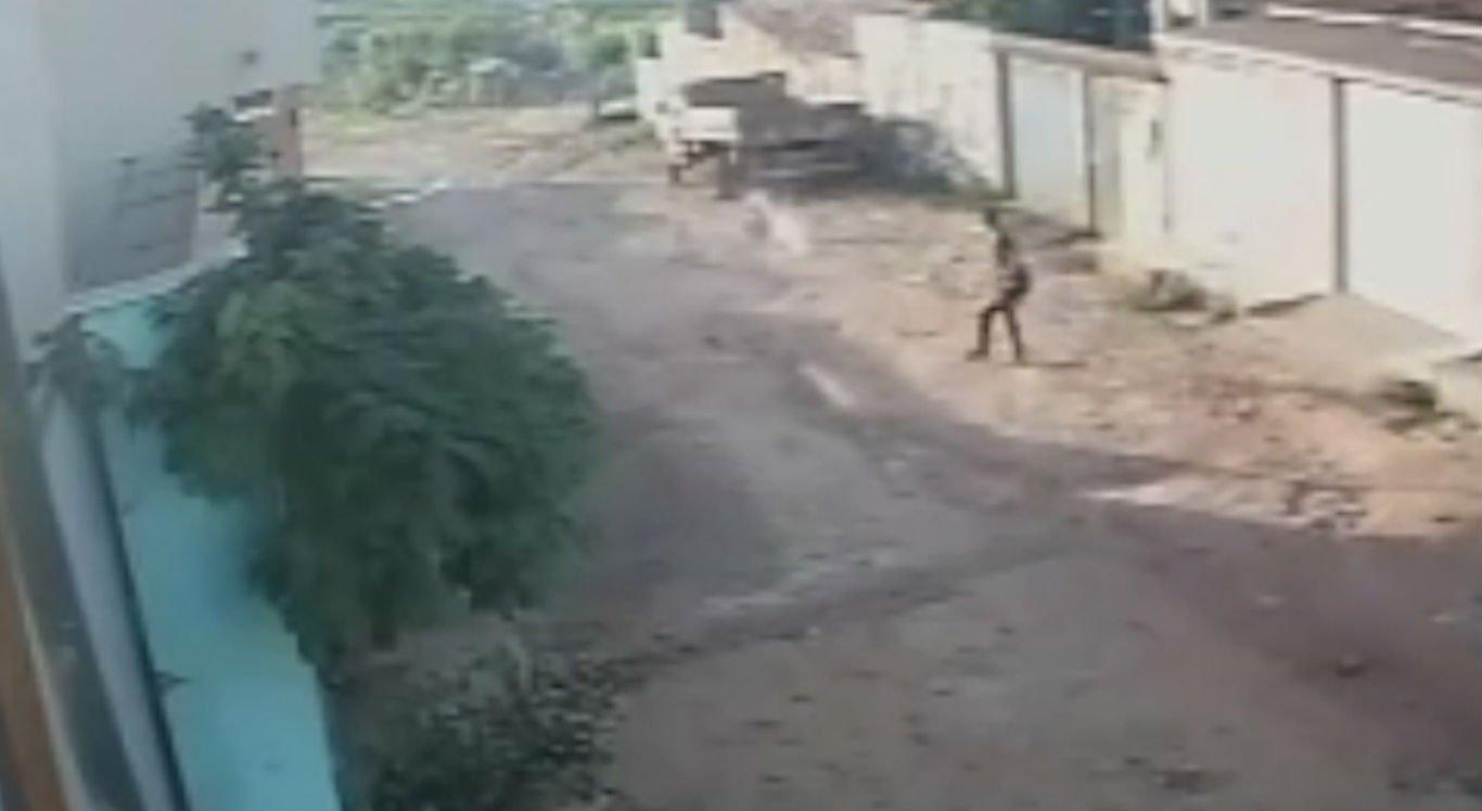 Câmeras flagraram o momento em que dois homens cometeram o crime