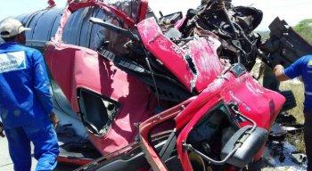 Segundo ainda a PRF, as duas vias da rodovia foram interditadas devido aos destroços do acidente