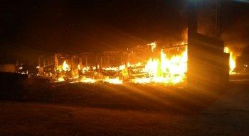 Incêndio atingiu 10 ônibus em Vitória de Santo Antão
