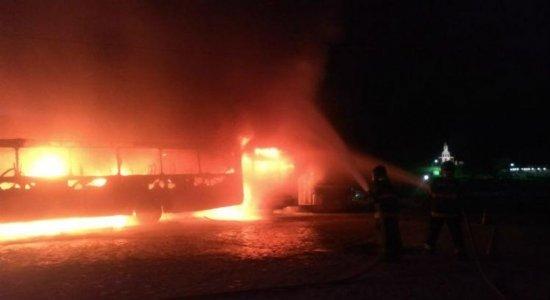 Incêndio atinge pelo menos 10 ônibus em Vitória de Santo Antão