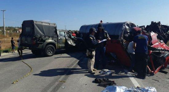A colisão que aconteceu na tarde desta quarta (06), envolveu quatro caminhões e uma Hilux do Exército Brasileiro