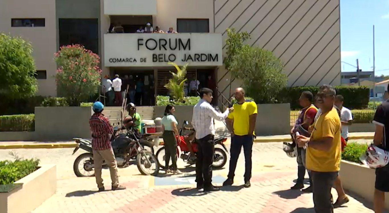 Os profissionais alegam terem sido demitidos após relatarem a situação em reportagem
