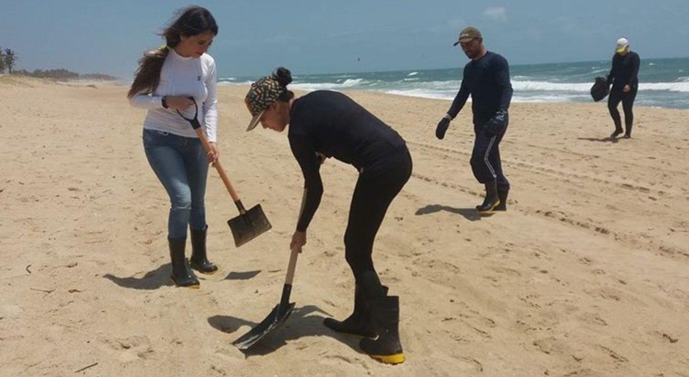 Muitas pessoas se mobilizaram para limpar praias