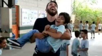 Na imagem é possível ver a felicidade estampada no rosto da criança