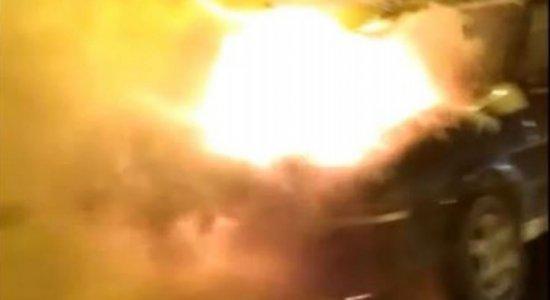 Vídeo: carro pega fogo na Ponte do Limoeiro, no Recife