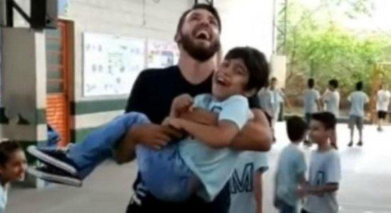 Viral: professor pula corda com aluno cadeirante nos braços e comove internet