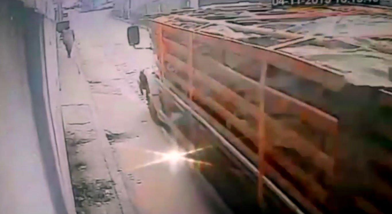 Caminhão carregado de tijolos atingiu vítima que estava na calçada