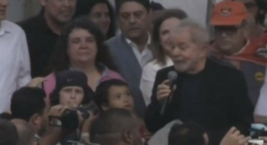 ''Eles tentaram matar um ideia'', afirma Lula em discurso após sair da prisão