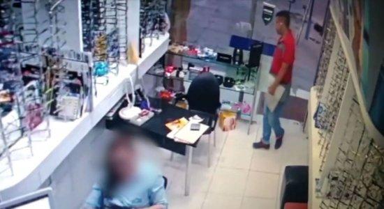 Vídeo: dois homens invadem ótica e assaltam na Zona Sul do Recife