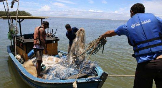 Na foz do Rio Doce, pescadores temem que óleo agrave tragédia