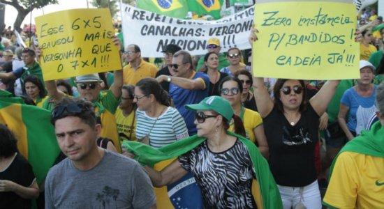 Manifestantes protestam no Recife contra decisão do STF e soltura de Lula