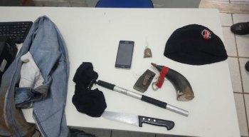 Foram apreendidos roupas, maconha, touca ninja, pólvora, chumbo, um celular e um simulacro