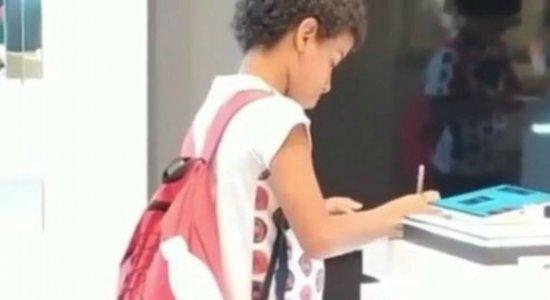 Vídeo de criança que faz trabalho escolar em tablet de loja comove internet