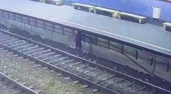 O homem foi flagrado roubando os fios da Estação do Metrô de Afogados, Zona Oeste do Recife