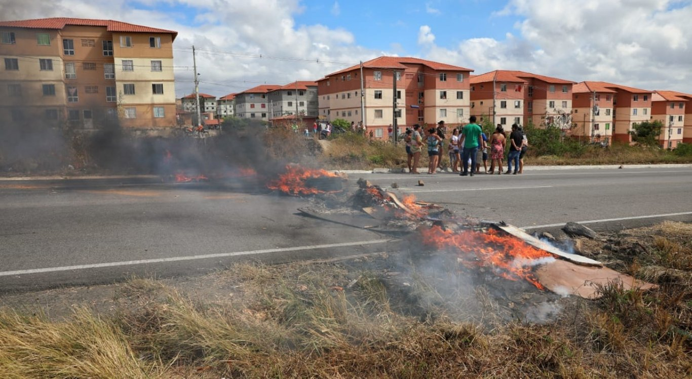 Protesto de moradores nas proximidades do residencial Alto do Moura