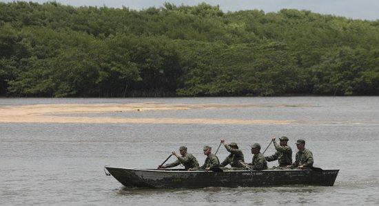 Militares da Marinha iniciam limpeza das praias de Pernambuco