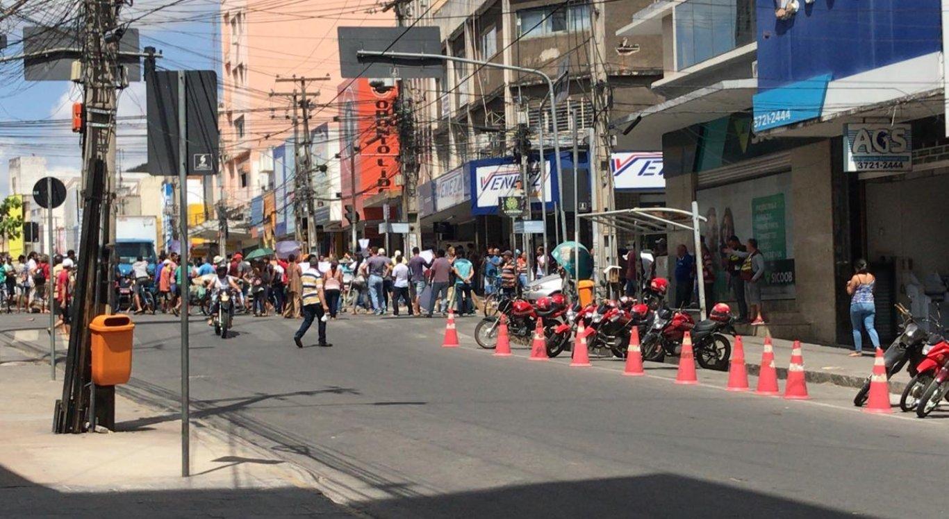 Ambulantes protestam no centro de Caruaru