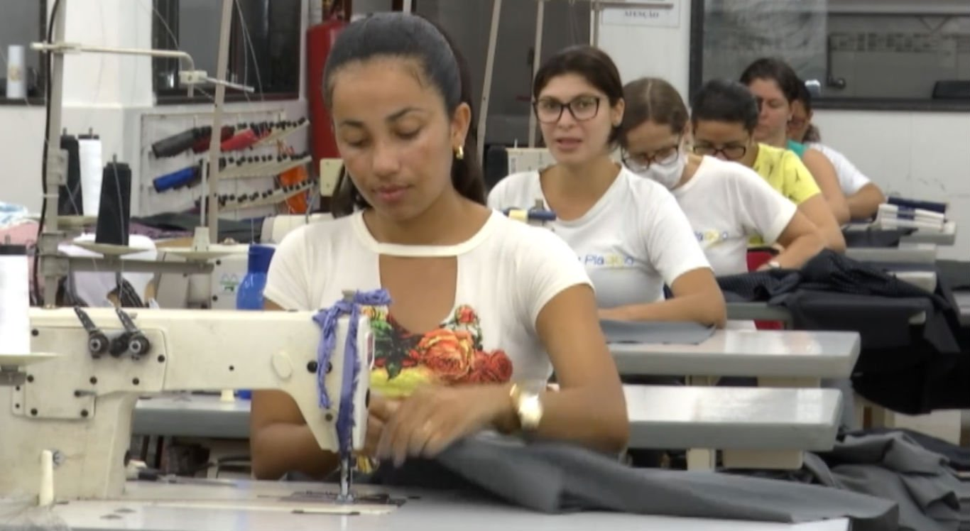 Fábricas contratam funcionários extras para o período de fim de ano