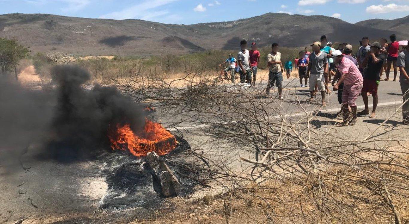 Moradores fizeram protesto em Pesqueira
