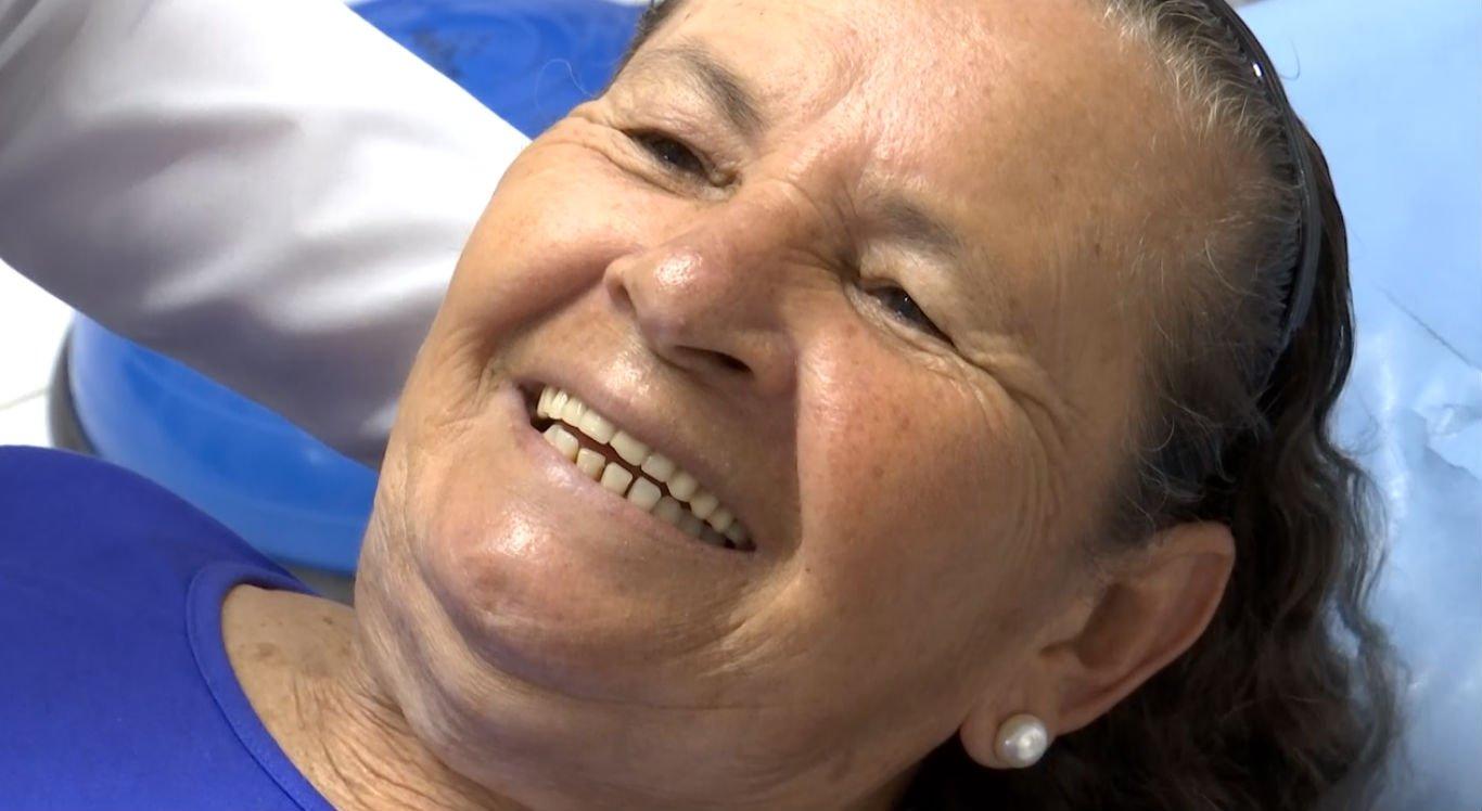 Dona Edilene Maria ficou feliz ao conseguir ficar em pé