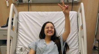 ''Fiz a cirurgia e deu tudo certo'', escreveu Larissa Manoela em publicação nas redes sociais