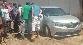 O corpo da vítima foi encontrado dentro do carro por amigos