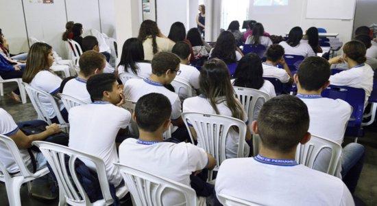 Alunos do Ensino Médio devem voltar primeiro às aulas presenciais, diz secretário de Educação de Pernambuco