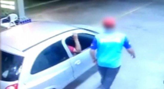 Homens abastecem carro, fogem sem pagar e cometem assalto em Caruaru