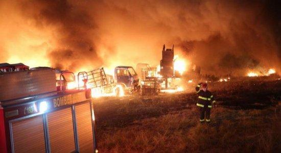 IC investiga causa de incêndio que atingiu galpão de veículos em Santo Amaro