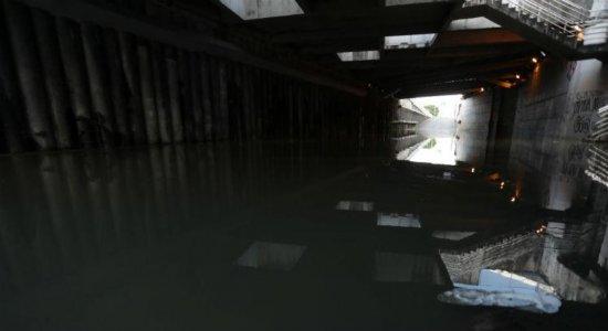 Trânsito é interditado após Túnel da Abolição amanhecer alagado