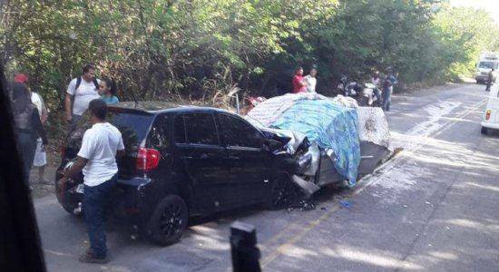 Três pessoas morrem e três ficam feridas em acidente na PE-60