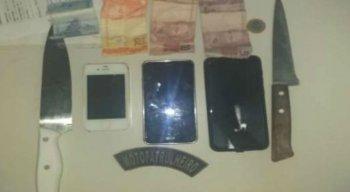O efetivo apreendeu três celulares, duas facas peixeira e uma quantia de R$ 38,00