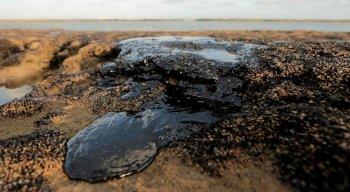 As manchas de óleo são observadas em 19 pontos do país.