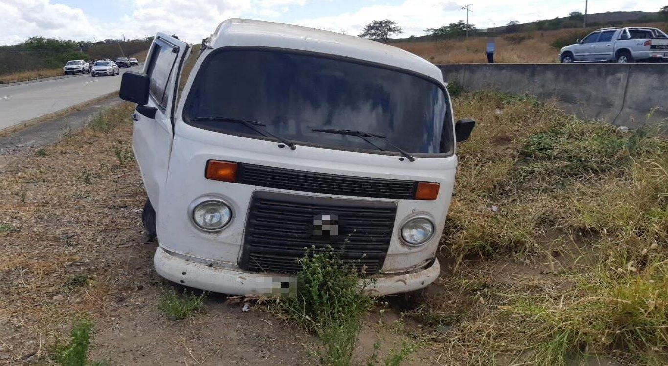 A Kombi foi parar no canteiro central da rodovia e a caminhonete saiu da pista.