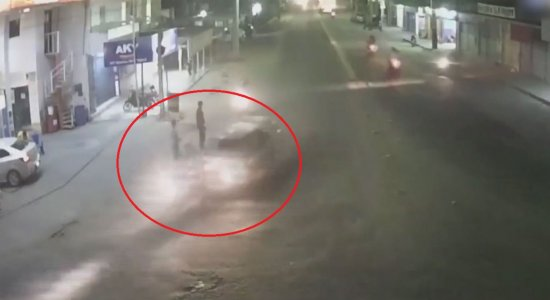 Vídeo mostra momento em que carro bate na motocicleta do suspeito