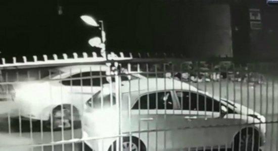 Vídeo: homens são flagrados assaltando família em carro em Boa Viagem