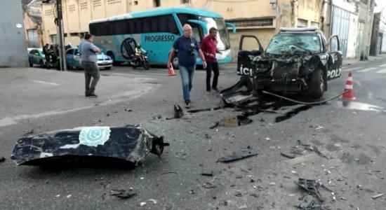 Viatura colide com ônibus e PMs ficam feridos no Centro do Recife