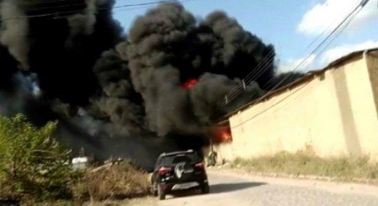 Vídeo: incêndio atinge fábrica de plástico em Vitória de Santo Antão