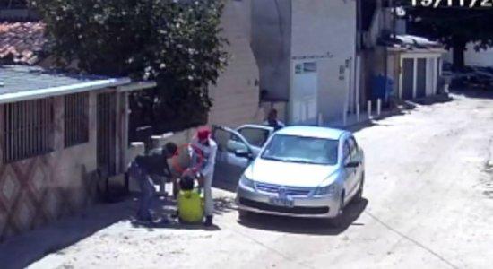 Vídeo: mulher é espancada e levada por homens em carro em Boa Viagem