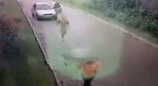 Homem sai sem roupas de dentro de carro e corre atrás de mulher
