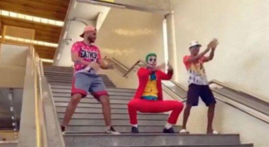 Coringa dança versão da Caneta Azul em passinho no metrô do Recife