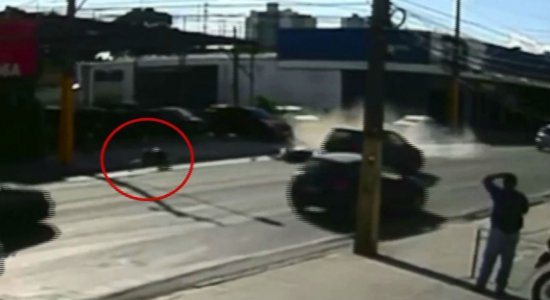 Vídeo: motociclista é arremessado após colisão na Zona Norte do Recife
